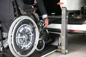 車いすにベルトを引っ掛けます。