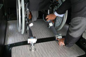 車いす後方用固定ベルトを装着して車いすをしっかり固定します。