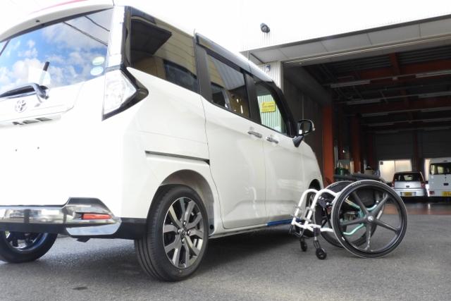 車いす収納クレーンリフト 「ピラーリフト」はスライドDr車両との組み合わせにより運転席により近い場所への車イス収納を可能にします