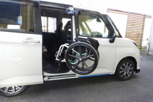 イタリア製「ピラーリフト」は後部荷室に限らずお望みのドアから車いすを収納することを可能にします